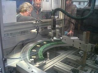 Machine de traitement plasma et de dépose d'un adhésif